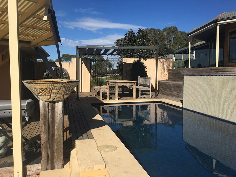 Self contained Pool House with Spa and Pool including full breakfast provisions, holiday rental in Strathalbyn