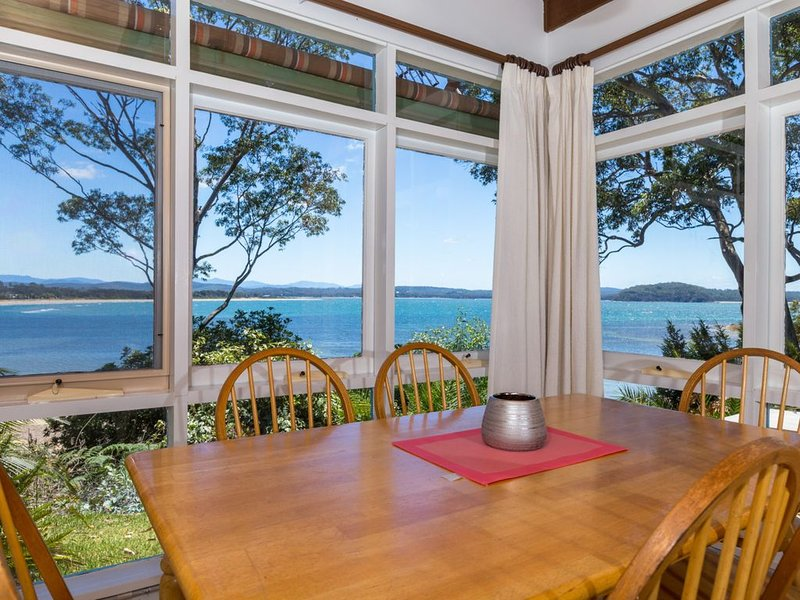 'Nandina' Coastal Clifftop Lookout, holiday rental in Batehaven