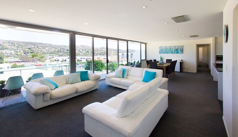Luxurious CBD 4 bedroom penthouse, holiday rental in Rosevears