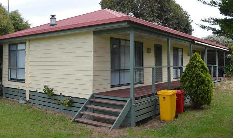 Dino's Beach Pad - walking distance to shops and beach #144, holiday rental in Venus Bay
