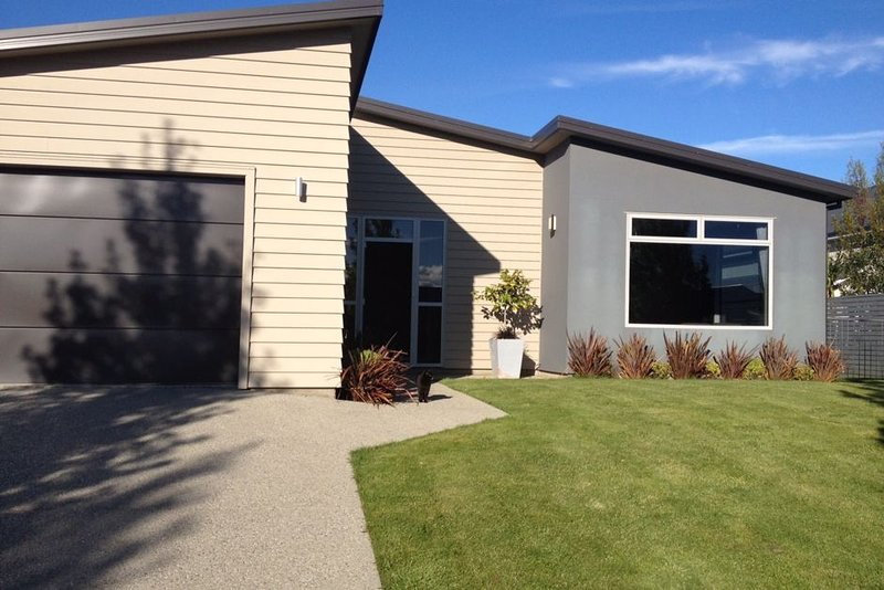Wanaka - Albert Town near River, Tracks, Pub, holiday rental in Queensberry