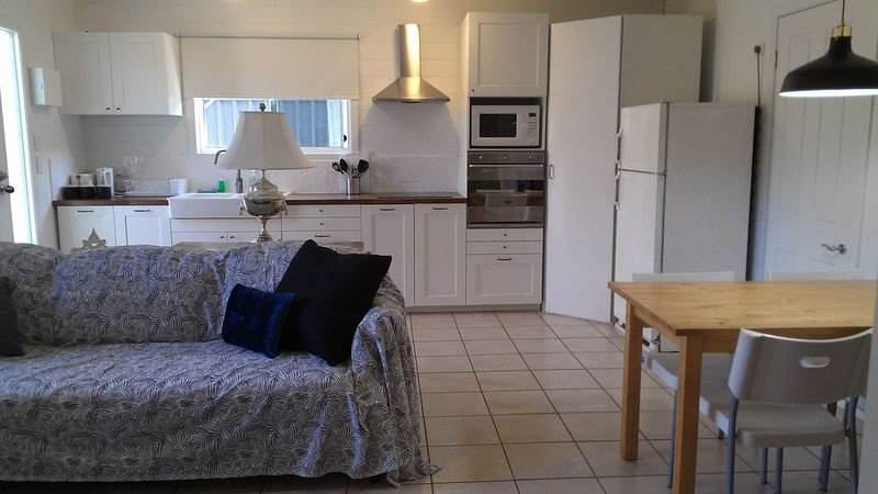 The Coast Shack - steps to Broadwater,Beach,Cafes, Unlimited WiFi, Air Con, alquiler vacacional en Helensvale