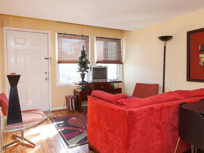 Swanky Furnished Townhome in Uptown Downtown, vacation rental in Derita