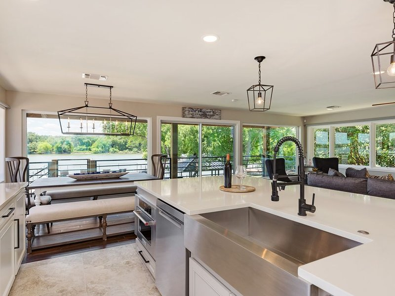 Luxury LBJ Home on the Colorado with Tranquil Views.  5 Bdrm 4 Bath - Sleeps 18+, holiday rental in Tow