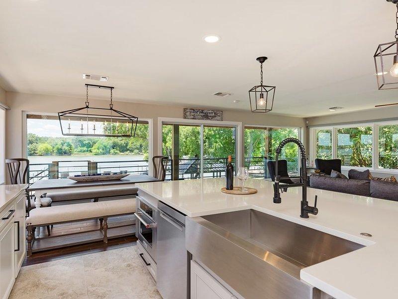 Luxury LBJ Home on the Colorado with Tranquil Views.  5 Bdrm 4 Bath - Sleeps 18+, vacation rental in Buchanan Dam