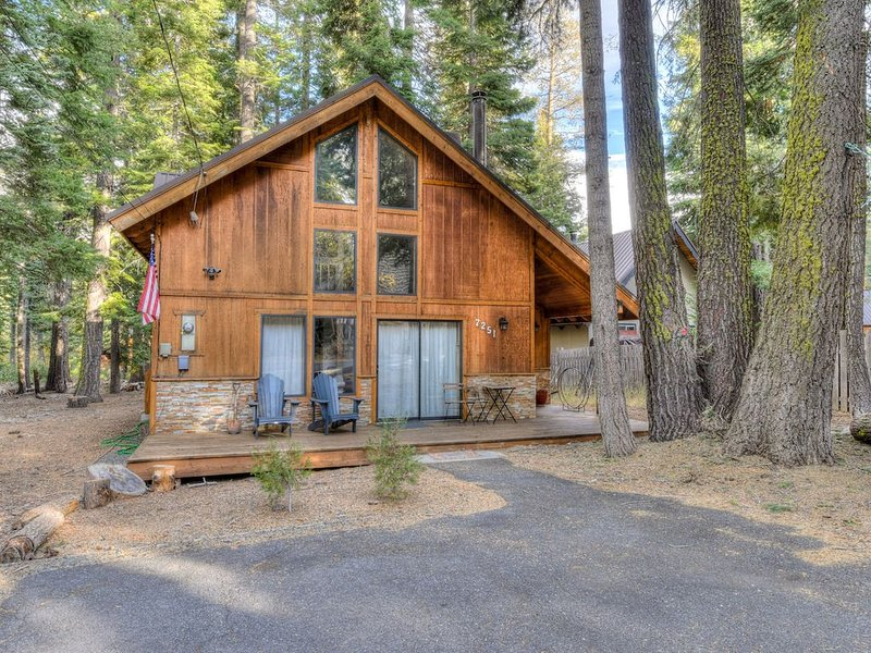 Contemporary and Rustic Tahoe Home, Minutes from Lake, Smart TV, Basketball hoop, vacation rental in Tahoma