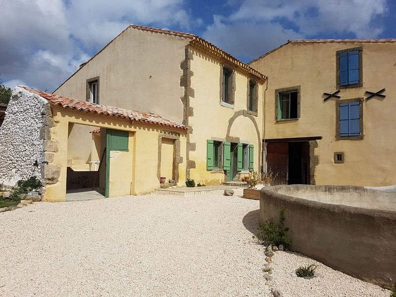 stone house with swimming pool in the middle of the vineyards, location de vacances à Azille