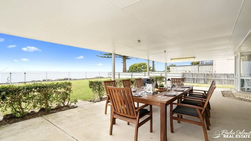 THE BEACH HOUSE - ABSOLUTE BEACHFRONT RETREAT, vacation rental in Moreton Bay Region
