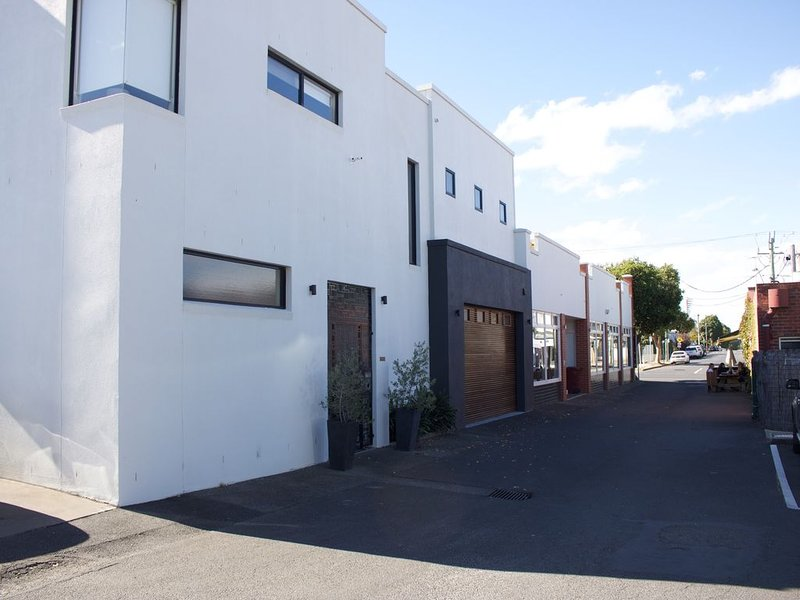 The Town house is tucked away behind Pakington Street, Newtown., holiday rental in North Geelong