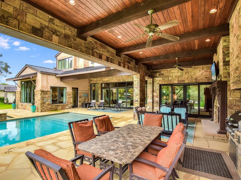 ABOVE ELITE   Up to 16 Beds   Lakefront   Fun Backyard I Pool/Spa I BOAT SLIP, holiday rental in Bee Cave