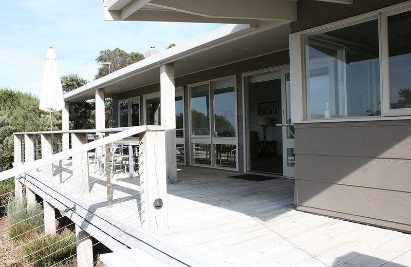 The Hideaway – Luxury Waterfront Home - with WIFI & Coffee Pod Machine, holiday rental in Fernbank