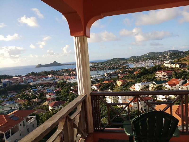 Two bedroom condo 1200sq ft with paranamic sea view of ocean and marina, location de vacances à Rodney Bay