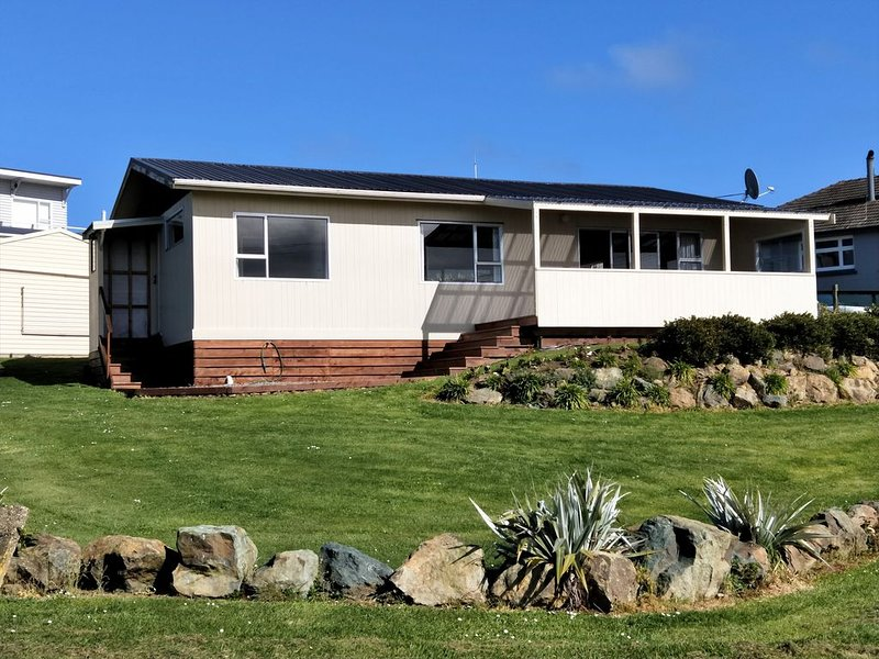 Sheltered location close to beachfront. Sea view, alquiler vacacional en Southland Region