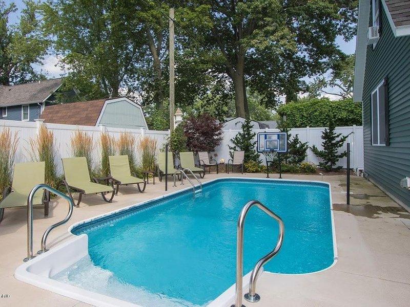 Swimming Pool & Shuffleboard - 2 Blocks to Kid's Corner & South Beach, location de vacances à South Haven
