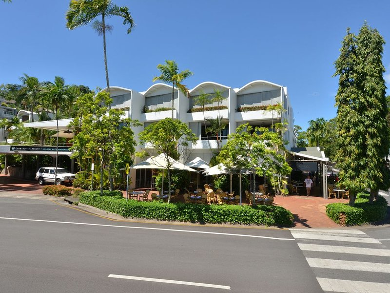 Seascape Holidays Apartment at Club Tropical Two Bedroom, vacation rental in Whyanbeel