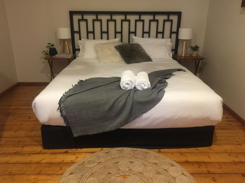Ruby's Place Hunter Valley - bottle of wine for winter bookings, holiday rental in Quorrobolong