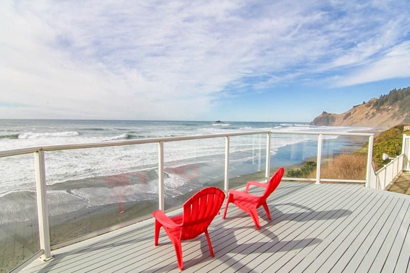 Roads End Oceanfront with Contemporary Styling Features Ocean-View Bedrooms, vacation rental in Otis