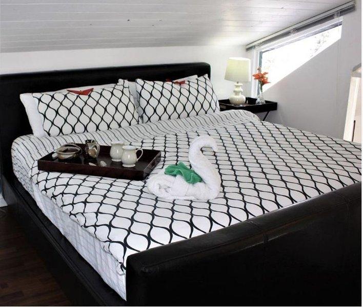 Dormitorio principal con cama king en loft