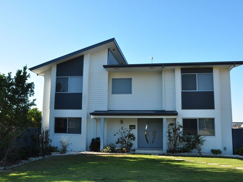 21 Tingira Close - Family home in a quiet street enjoying ocean views – semesterbostad i Gympie Region