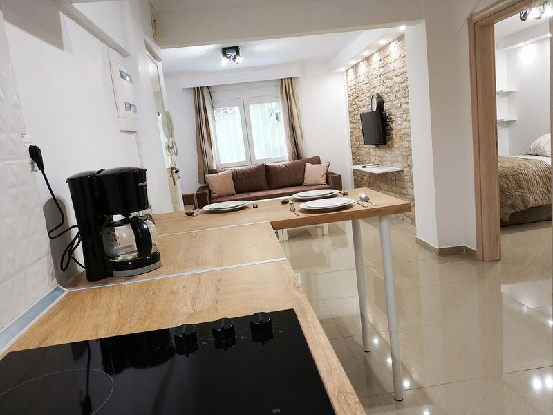 COSY CENTRAL FLAT (NETFLIX), holiday rental in Triandria
