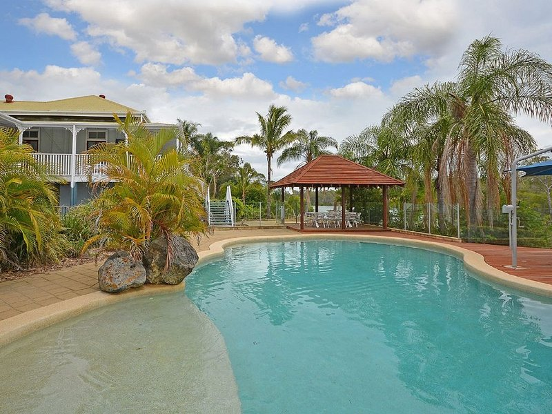 Claren Park - Pacific Haven- Riverfront - 6BR- Pool, holiday rental in Pialba