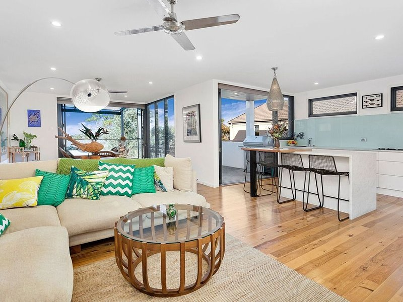 Modern designer home set between the ocean and the escarpment!, holiday rental in Thirroul