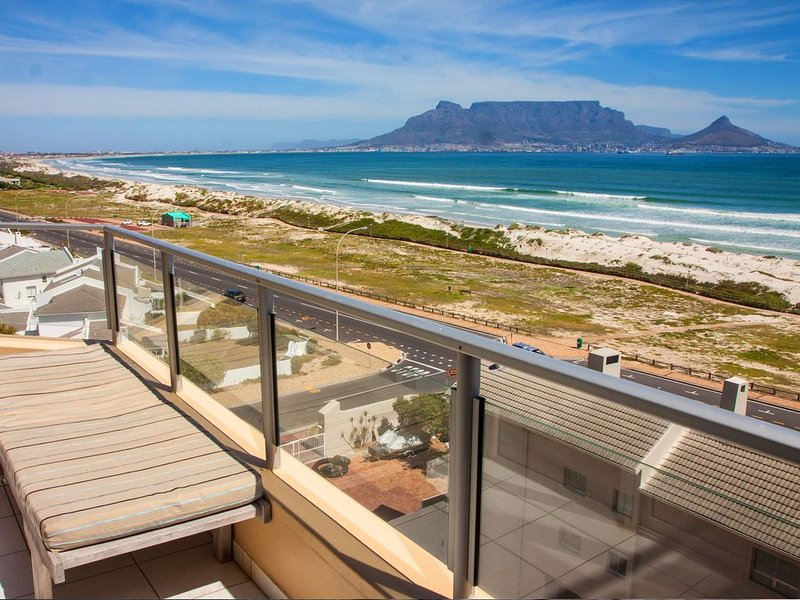 Nautica Apartment, Stunning Views Of Table Mountain 50M Away From Blouberg Beach, vacation rental in Table View
