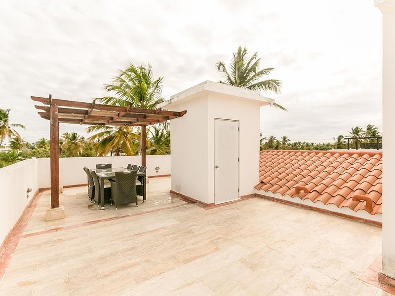 Corte Sea B302 +Roof Deck, BBQ Grill, Walk to Beach!, alquiler de vacaciones en Punta Cana