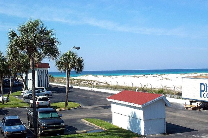 Studio Looking to the Gulf - Sleeps 2 Steps to the Quiet Pool!, casa vacanza a Mary Esther
