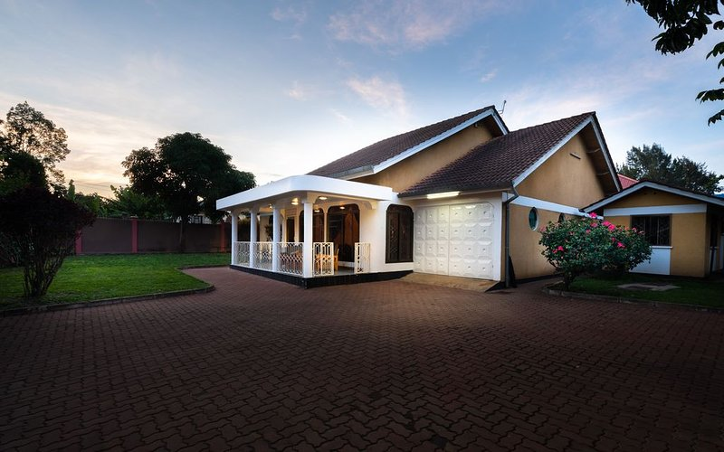 Quiet spacious 4 bedroom Home, holiday rental in Arusha