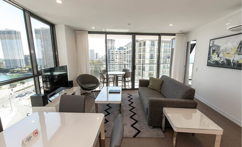 Smart Designer Apartment at Rhapsody Resort with City Views - 100m to the Beach, holiday rental in Biggera Waters