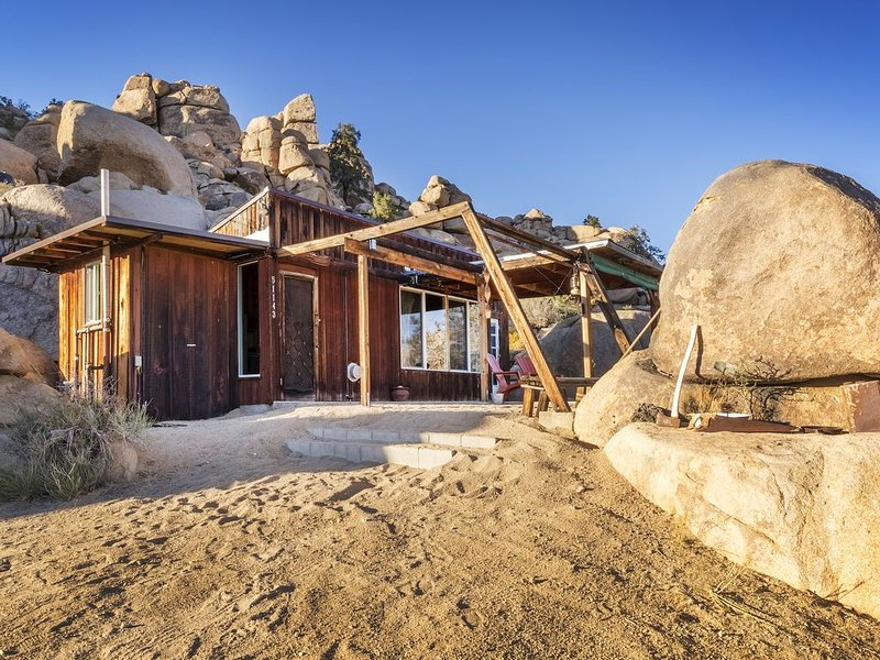 Cozy Cabin Nestled In The Boulders of Gamma Gulch, vacation rental in Pioneertown