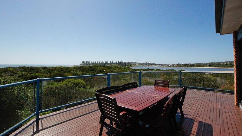 BREAKWATER 4 - 4/1 Narira Street. Beachfront, amazing views, great location!, location de vacances à Bermagui