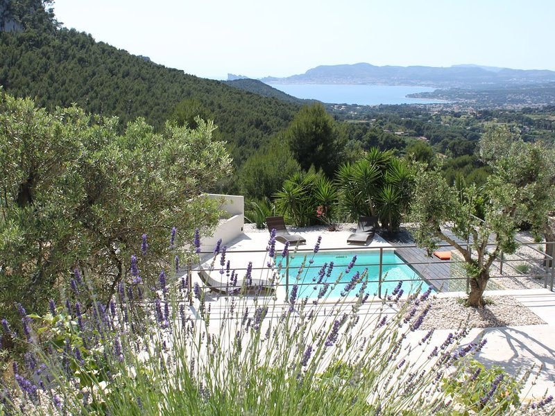 Contemporary villa, fully air-conditioned, with a stunning panoramic sea view, holiday rental in La Cadiere d'Azur