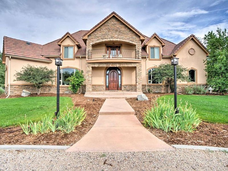 Heated Swim Spa, Hot Tub, Outdoor Covered Bar, Theater Room, Sand Volleyball, vacation rental in Henderson