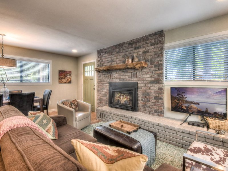 Newly Remodeled Tahoe Cabin: 5 min to Lake, 7 min to slopes, Games, Nest Heating, alquiler de vacaciones en Tahoma