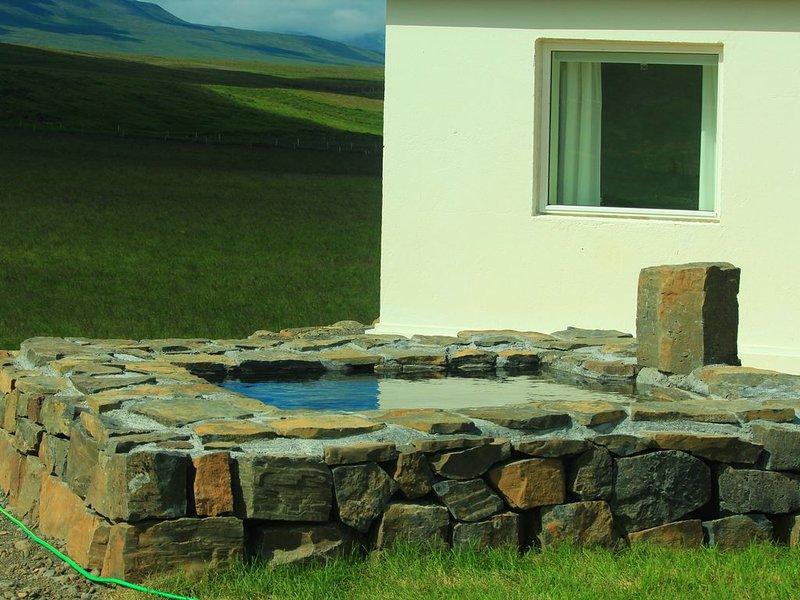 A wonderful small and cosy house with a private natural hot tub, fantastic views, location de vacances à Région des fjords