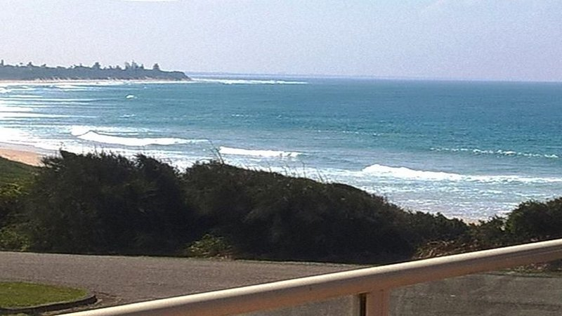 The Beach House - beachfront at Wallabi Point, vacation rental in Coopernook