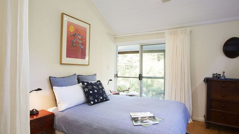 Quiet and Tranquil Setting & Comp Bottle of Wood Park Wine, holiday rental in Thirroul