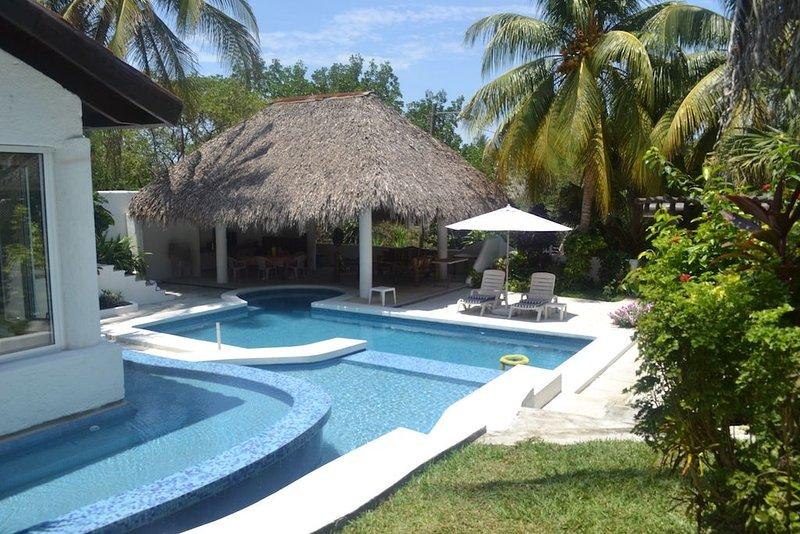 Comfortable 4-Bdrm Villa,Gated,Beach,Pool,A/C, Billiard/Ping Pong, Warm Weather!, alquiler vacacional en Monterrico