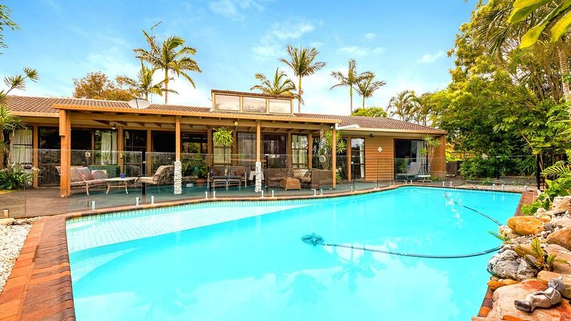 Mermaid Waters, Gold Coast Holiday Home + Private Pool, location de vacances à Varsity Lakes