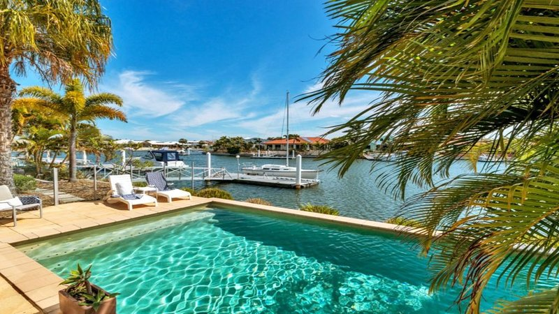 SPACIOUS CANAL HOME WITH PRIVATE POOL AND PONTOON, vacation rental in Moreton Bay Region