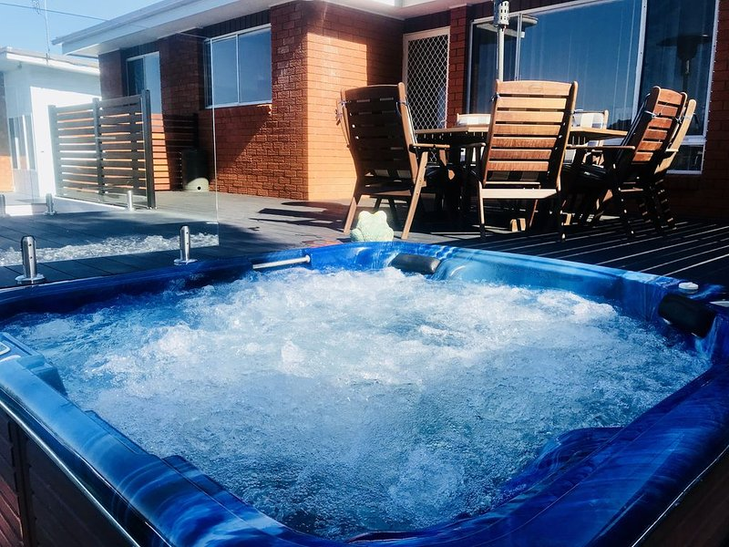 GOLF COURSE AND OCEAN VIEWS FROM THE SPA, alquiler vacacional en Tuncurry