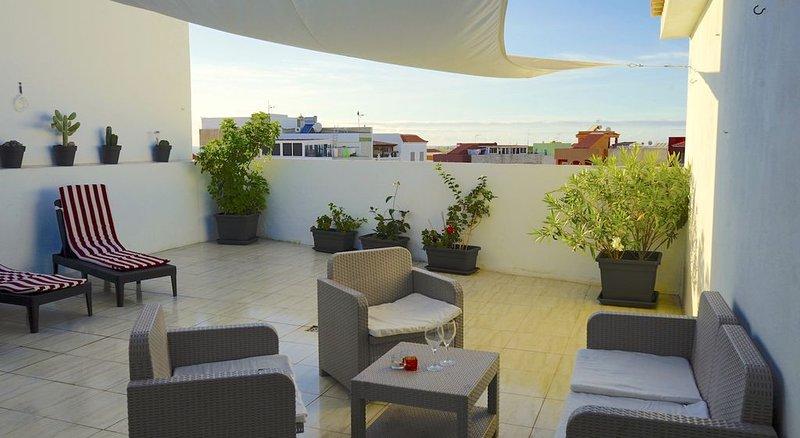 Ático luminoso con 2 terrazas y wifi gratis, alquiler vacacional en Playa San Juan
