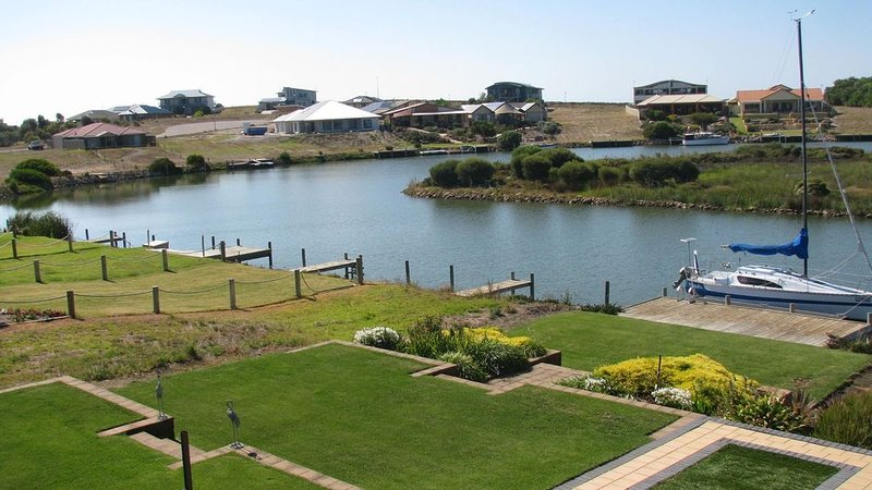 Waterfront Property - Private Jetty - Free Kayaks/ SUP - Pool table - Fenced, holiday rental in Goolwa