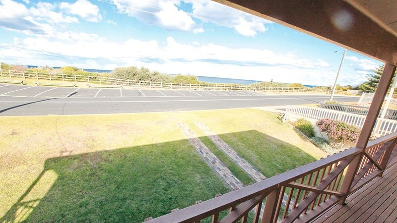 BEACHSIDE: 39 Scenic Drive- Across from the beach, central and sunny!, holiday rental in Barragga Bay