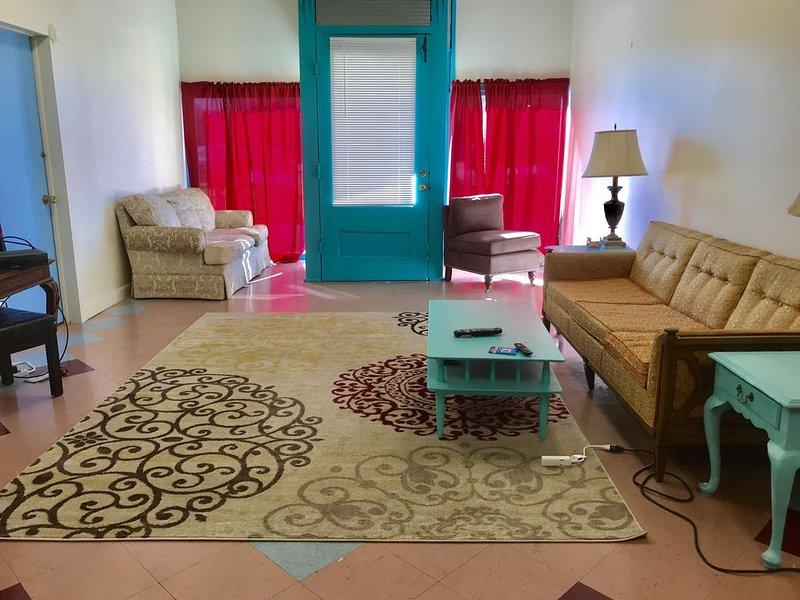 Unique Apartment in the historical district of downtown Main Street, holiday rental in New Martinsville