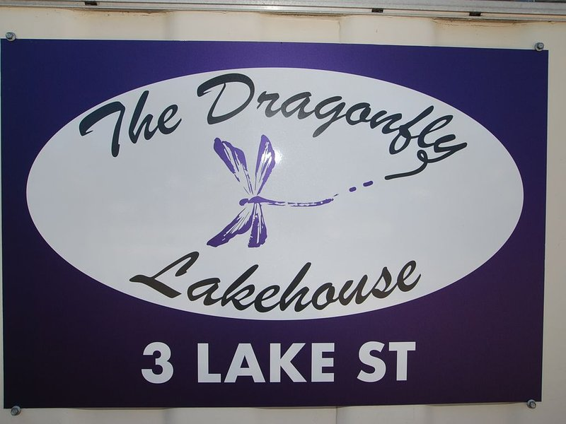 Dragonfly Lake House – offers a relaxing holiday with postcard views., location de vacances à Fernbank