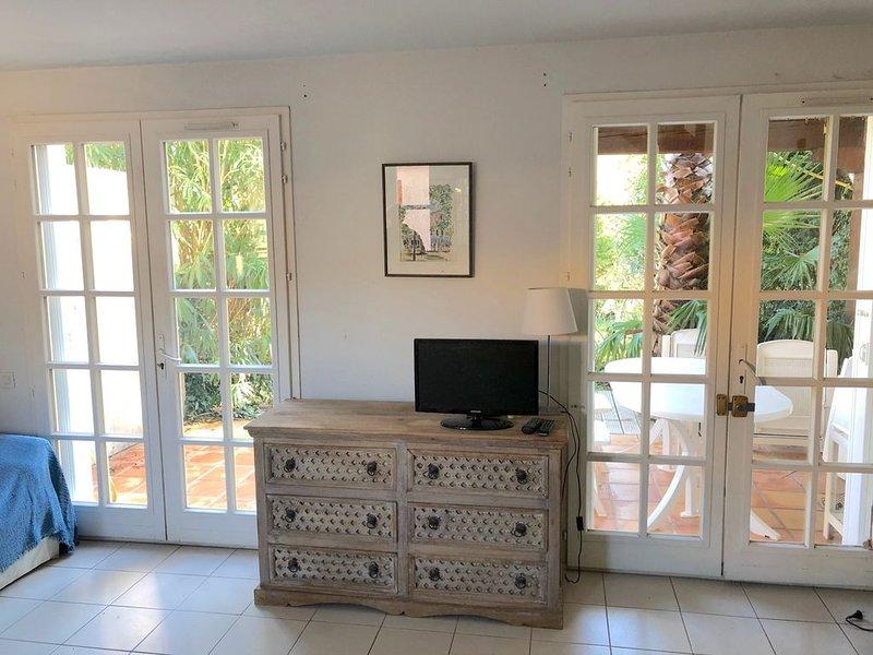 A 3 km St. Tropez Maison de vacances à 50 m de la plage, vacation rental in Cogolin