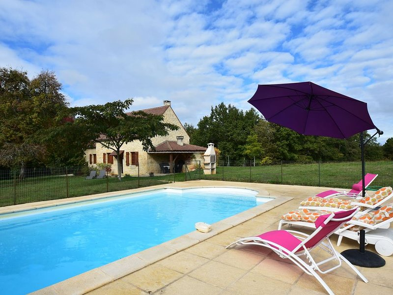 Spacious Holiday Home with Private Swimming Pool in Uzech, alquiler vacacional en Nuzejouls